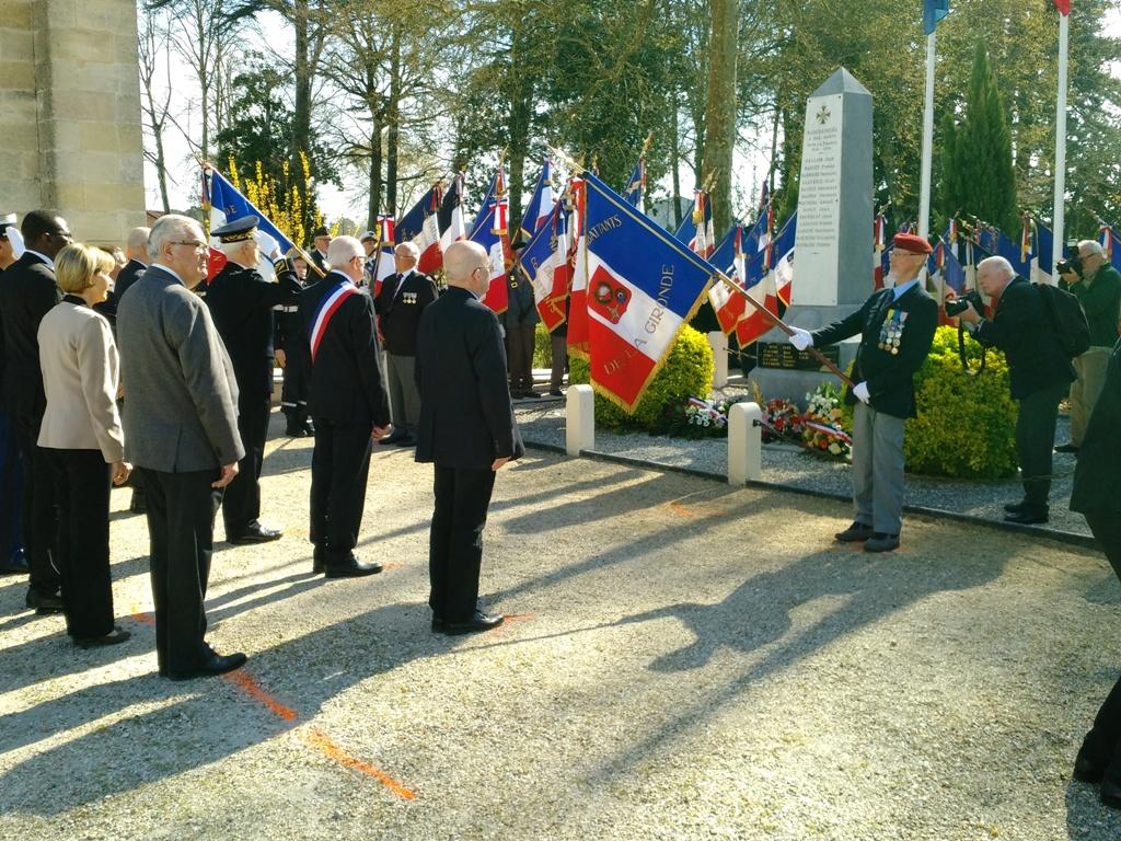 Ag 2019 UNC 33  monument drapeaux reduite 1